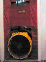 Retrotec Blowerdoor -laitteisto oveen asennettuna.